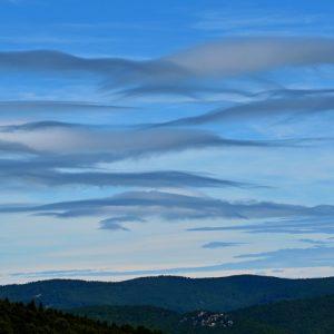 nuages de foehn - ciel au-dessus du Massif de l'Aigoual, Les Pises
