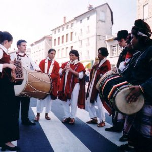 Fraternité des Peuples - Bagad du Tregor de Gwengamp, Awatinas de Bolivia, Krida Budaya d'Indonésie...