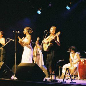 ...Morena Son... ! Sept jeunes et jolies femmes de Santiago de Cuba, musiciennes accomplies et absolument enthousiasmantes... au possible... !